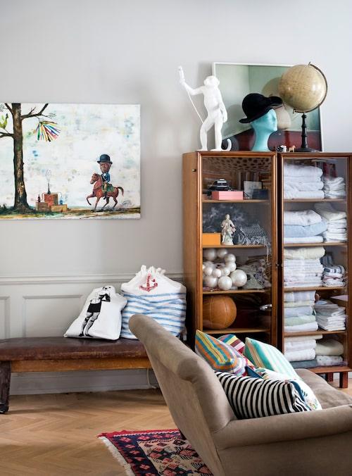 Olle Schmidt har målat tavlan med häst och ryttare. Under den en fransk gymnastikbänk som Johan köpt hos antikhandeln Fil de fer i Köpenhamn.