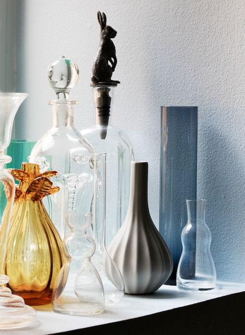"""I fönstret står en samling vaser. """"Varför inte?"""""""