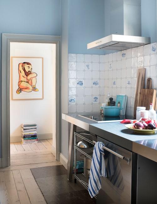 """Litografi av FreddeLanka, svensk illustratör och keramiker som gjort karriär i London. Den blårandiga kökshandduken är från Williams-Sonoma, en amerikansk butik för köksattiraljer. """"Textilier med kvalitet är så viktigt, den här kökshandduken i grovvävd bomull har följt med mig länge och är lika fin idag…"""""""