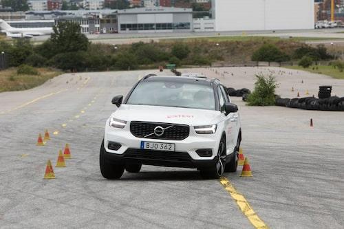 XC40 klarar ett godkänt resultat i älgtestet med 74 km/h, men beteendet är inte perfekt. Bilen känns tung och svårplacerad.