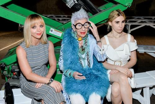 Trots 98 års ålder syns Iris Apfel fortfarande på front row med A-list kändisar då och då.