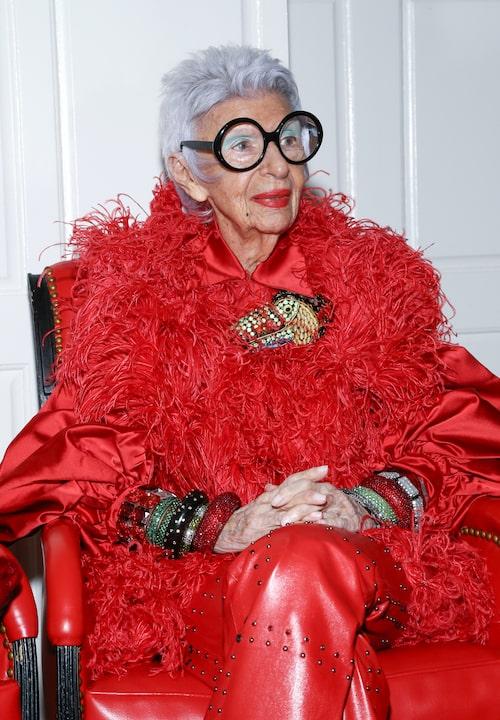 Rött hör till en av Iris Apfels favoritfärger – hon räds inte för att sticka ut!