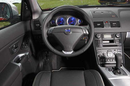 Som i en personbil. Blå instrumenttavlor och rattemblem i aluminium är unikt för R-Design. God funktion samt ordning och reda i all enkelhet.