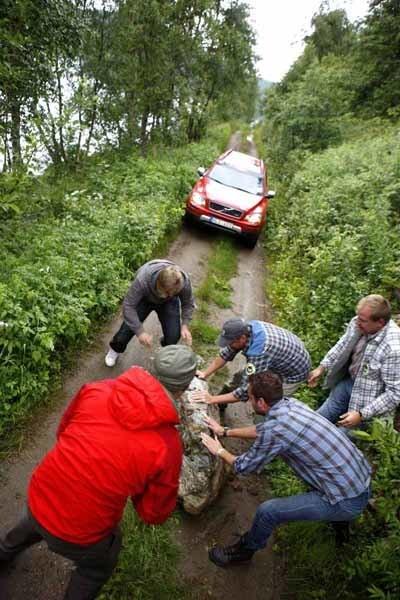Gänget har insett att samarbete är nödvändigt för att man ska kunna få bort stora stenar från vägen.