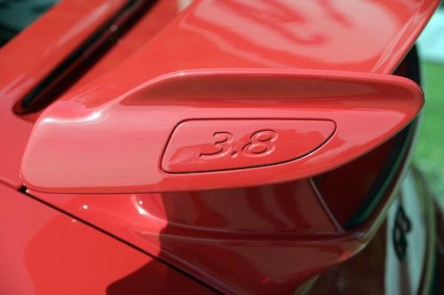 3,8 liter, motorn är uppborrad från 3,6 liter.