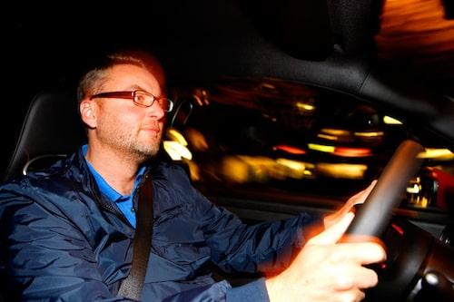 Teknikens Världs Hans Hedberg först ut på svensk mark med en Fiat 500 Abarth i händerna.
