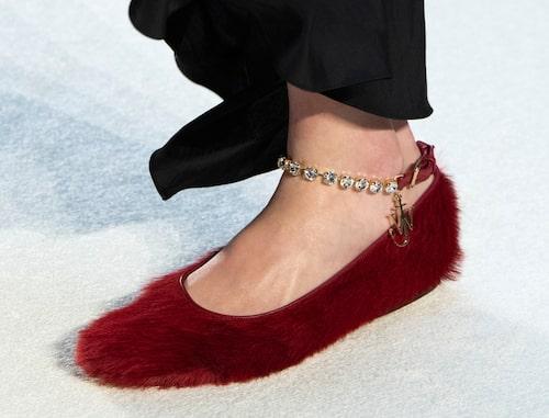 Låga skor med ankelkedja är rätt hösten 2020. Här hos JW Anderson.