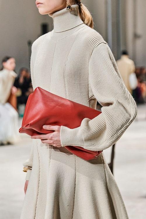 Röda accessoarer gör sig rätt hösten 2020. Väska från Jil Sander.