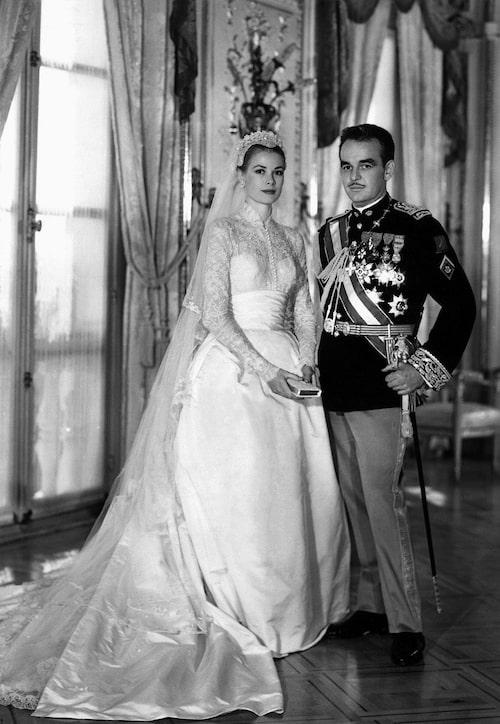 Grace Kelly och prins Rainier III på sin bröllopsdag den 19 April 1956.