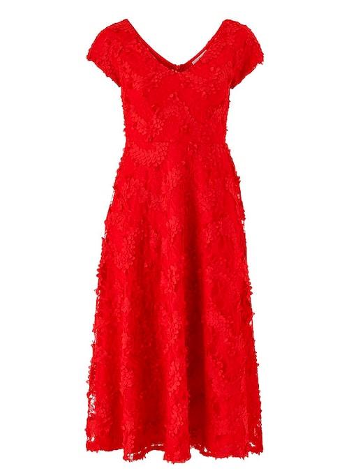 Röd spetsklänning till julafton.