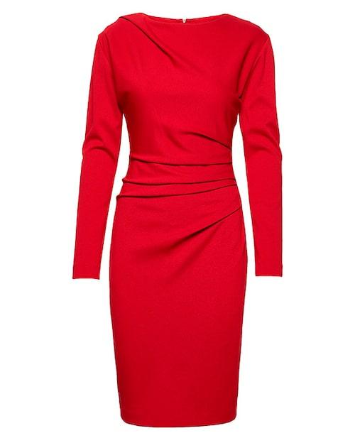 Röd fodralklänning är ett elegant val till jul.