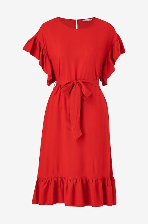 Röd volangklänning från Ellos.
