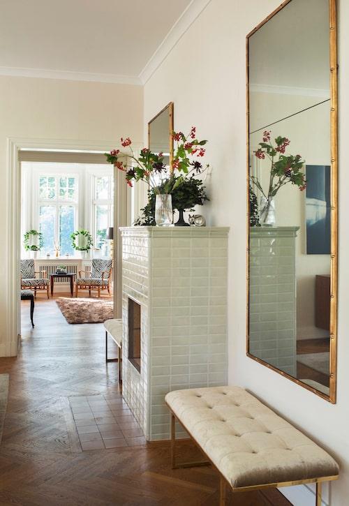 Ägaren letade länge efter tavlor att hänga runt den öppna spisen i köket. Till slut fick det bli 2,5 meter höga speglar med ram av bambu och antikbehandlat spegelglas av Jan Sivert. Bänken är även den gjord av Jan Sivert.