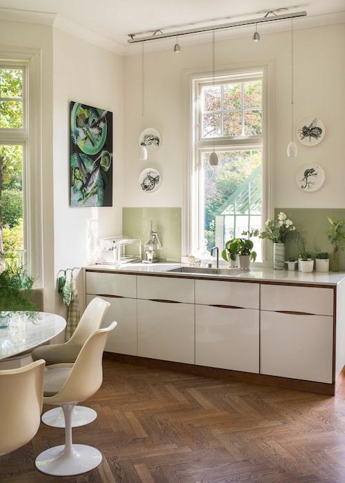 Det platsbyggda köket är egen design och utfört på snickeri. Stänkskydd av målat glas. Tallrikar av Rory Dobner.
