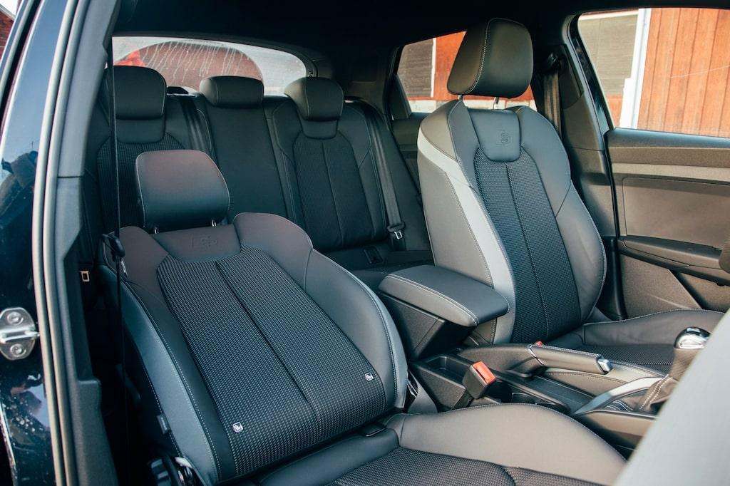 Audi-stolarna är bekväma men något för högt monterade. Notera handbromsspaken!