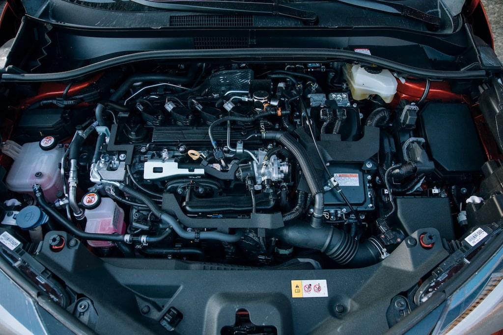 Toyota samlar båda motorerna och all styrelektronik under motorhuven. Batteripaketet ligger under baksätet.