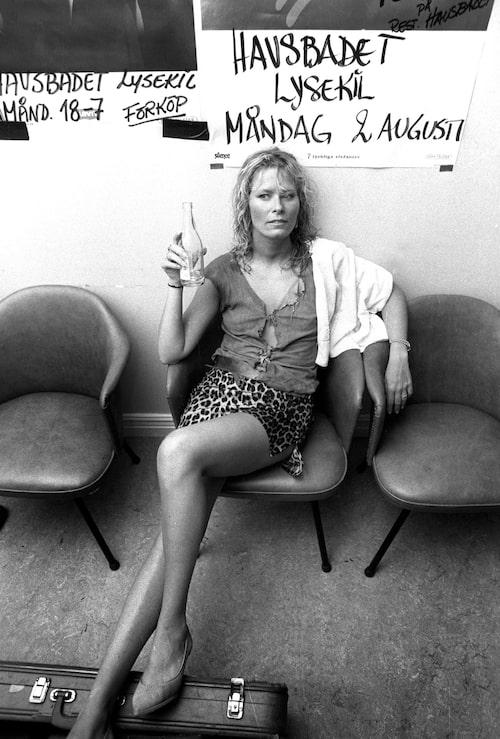 Efva Attling backstage efter spelning 1983.