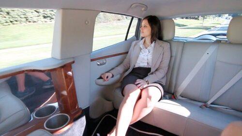 ...insidan smyckar ädelträpaneler och skinnklädsel bilen.