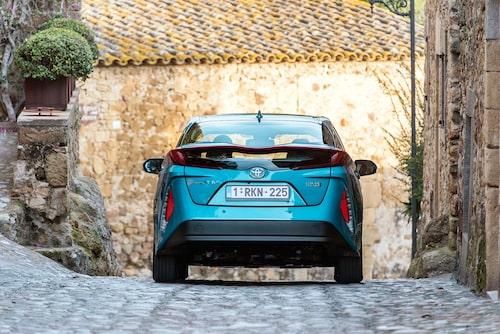 Bakpartiet på Prius PHV laddhybrid är annorlunda med mer horisontellt linjespel. Bakåtsikten är godkänd.