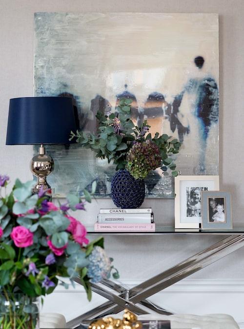 Fotomålning av Laura Bofill, köpt hos spansk gallerist på Stockholm market art fair. Lampa, Vaughan, vas från Zara.
