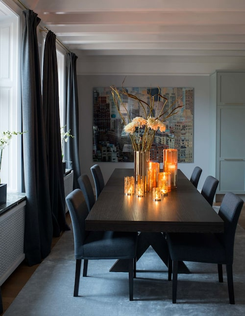 Matbordet, 320 cm och med plats för tolv, kommer liksom stolarna från Slettvoll. Silkesmatta från Knut, New York-foto av Daniel Sandberg, mässingsljusstakar, Skultuna och stormlyktor, Skogsberg & Smart. Filtgardiner, Svenskt tenns inredningsateljé.