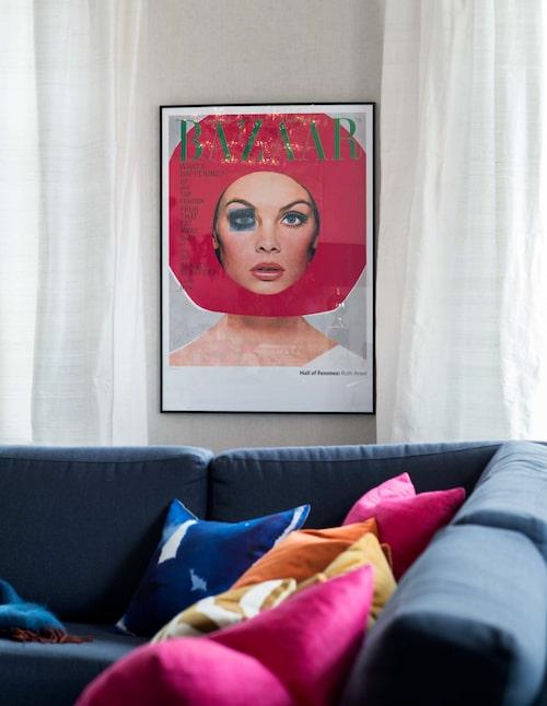Harper's Bazaar-affischen, köpt på nätet och inramad, är som gjord för att plocka upp färgen i linnekuddarna från Svenskt tenn.