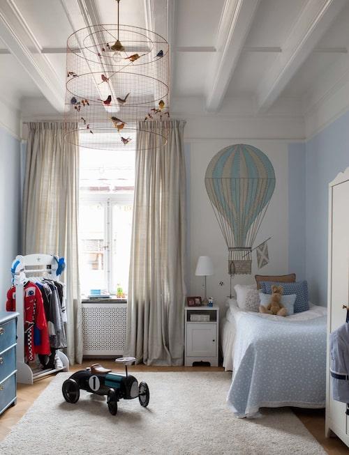 Barnrum med luftballongstapet, Casadeco. Taklampa, Challières/Bohem, klädstång, Kids concept, och råsidengardiner.