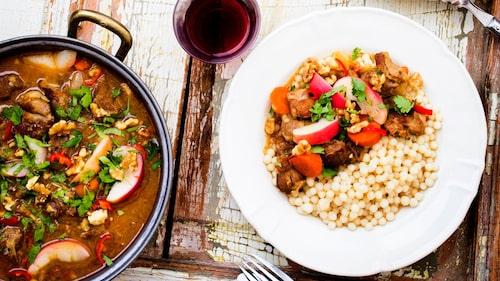 Servera lammgryta med couscous, bulgur eller ris.