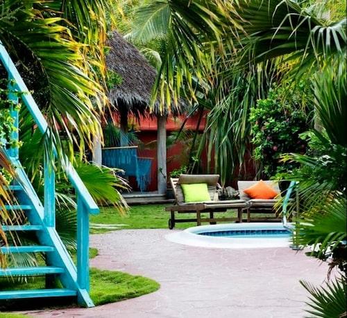 På Boardwalk kan du bo i ett eget litet hus, med hängmatta på altanen. En kort promenad tar dig ner till havet.