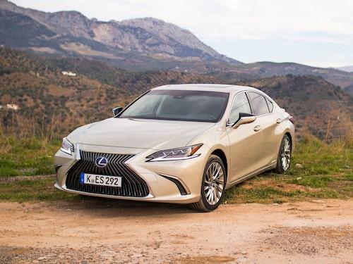 """Lexus ES 300h, som alldeles precis har blivit Sverigeaktuell, är den bil som, i förhållande till dagens skatt, """"straffas"""" hårdast då fordonsskatten ökar med 180 procent."""
