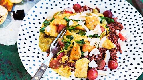 Recept på kyckling i kokoscurry med druvor och kokosflakes.