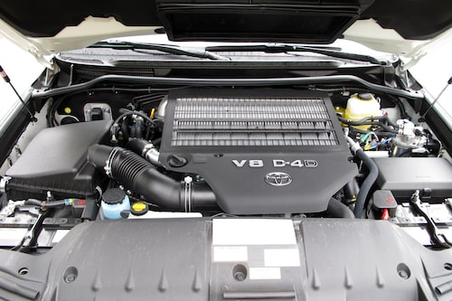 Motorn är en dieselpjäs på 4,5 liter med 272 hästkrafter och 650 newtonmeter. Automatlåda med sex steg förvandlar motorkraften till drivning.