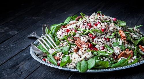 Recept på quinoasallad med granatäpple, pekannötter, chèvre och spenat.