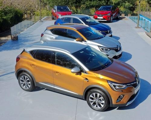 """Strålkastarna är hos nya Captur av Renaults modernaste snitt med """"krokar"""" och under dessa finns luftkanaler. Hela 80 procent av Capturbilarna säljs med olikfärgat tak, och det finns flera olika kombinationer att välja mellan, som bilden visar."""