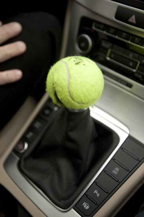 Loggor och växelspaksknoppar kan lätt avslöja bilen. En kvarglömd tennisboll i redaktionsgaraget fick ett nytt liv.
