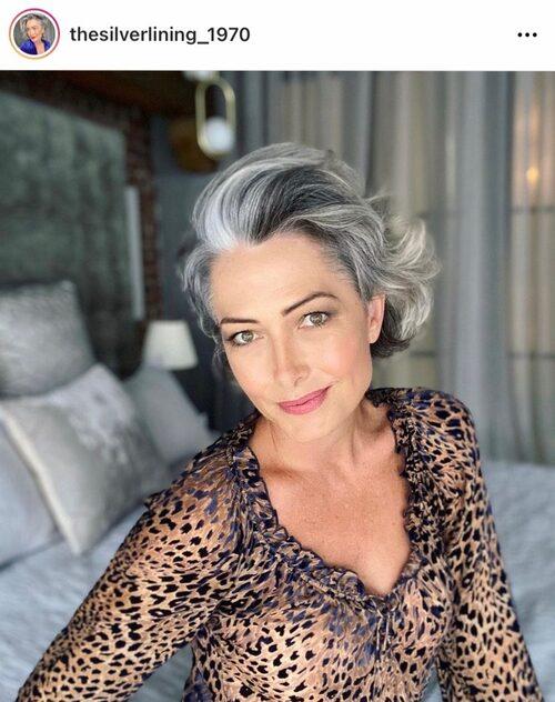 Luisa från Australien som ligger bakom instagramkontot @thesilverlining_1970 delar med sig av massor av frisyr- och hårinspiration för gråa hår.
