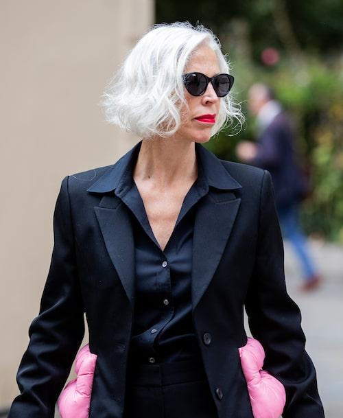 Streetstyle-favoriten Linda Fargo, 50+, senior vice president på Bergdorf Goodman i New York, väljer att styla sitt silverhår både glansigt rakt och lockigt under modeveckorna.