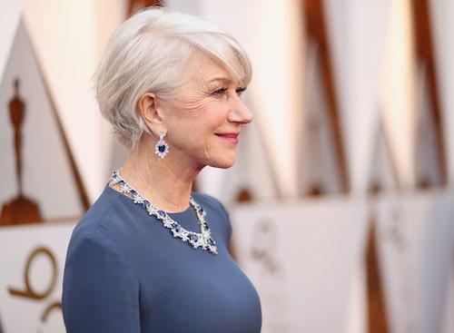 Helen Mirren, 75, är glamourös på Oscarsgalan.