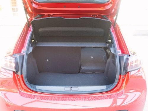Ingen lastlucka och litet bagage. Som endabil kan e-208 bli svår att leva med.