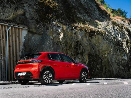 Snygg ju! Peugeot har vågat ta i designmässigt och bilen känns ljusår mer premium än föregångaren.