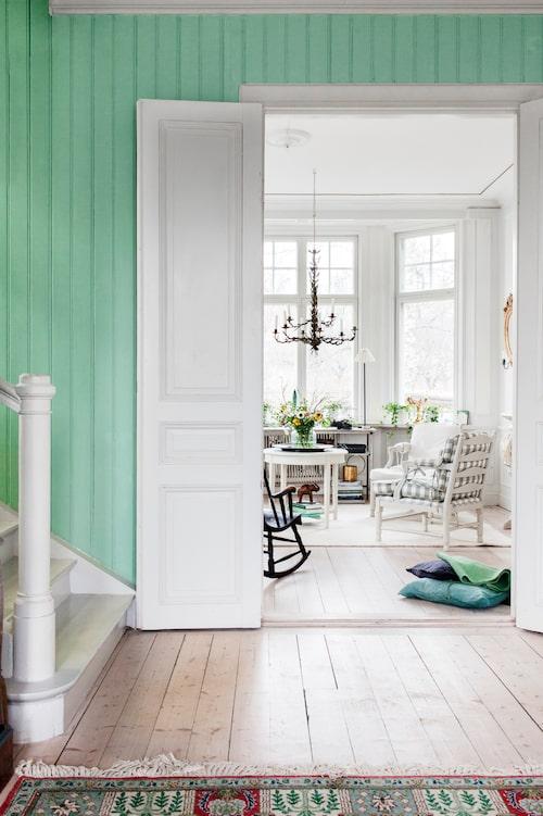 Hallen fick sin gröna ton efter att en färgflik från husets tillblivelse återfunnits bakom ett element.