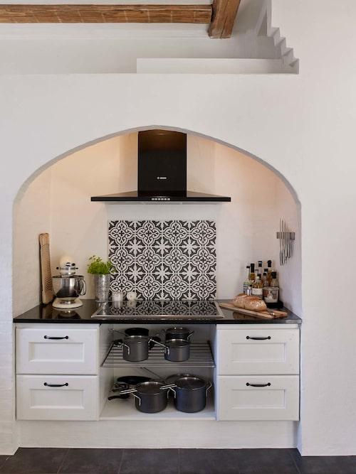 Köksbordet används både till vardags och fest. Stolar från Ilva, lampa och matta, Ikea.