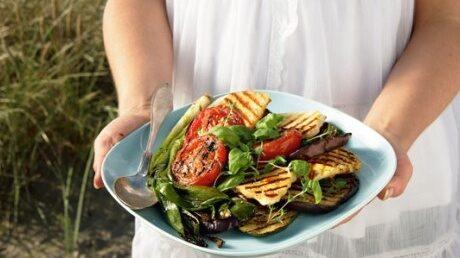 Örtsallad med grillade  grönsaker och halloumi