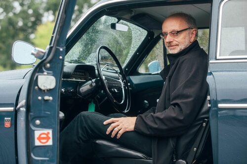 Christer Ahlberg i Hallsjö lever med bilar. Han säljer dom på dagarna och finkör på helgen.