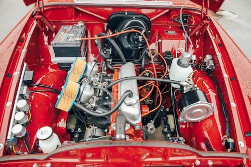 Förutom att själva motorrummet är rött så ser det ut ungefär som i 122 S men här ger motorn 115 hästar. Standard-Amazon på denna tid 75 hästkrafter.