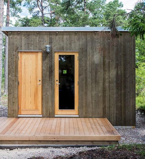Friggebod med gäst-wc och sovrum med två platsbyggda 140 cm-bäddar. Utebelysning från Fårösunds bygghandel.