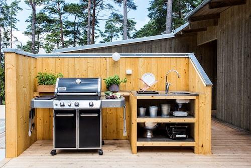 Uteköket med Webergrill är byggt av gotländsk furu som oljats på samma sätt som fönsterfodren och ska mörkbetsas till sommaren.