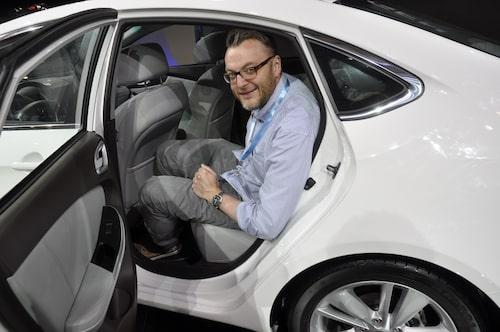 Hans Hedberg provsitter baksätet i Luxgen 5 Sedan