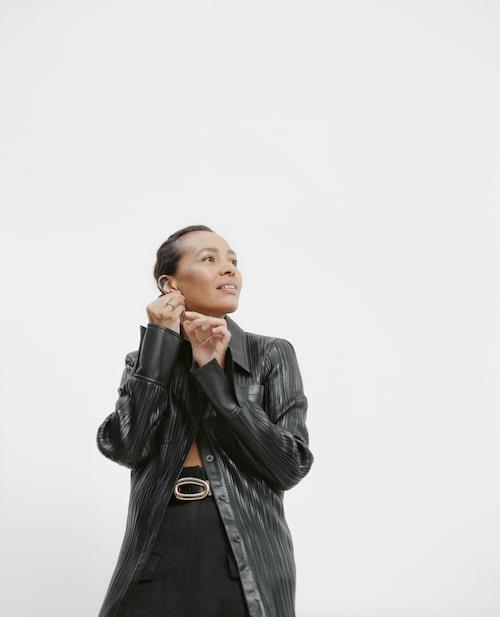 Johanna bär topp från Nanushka/Mytheresa, byxa från H&M Studio, bälte från Arket och smycken från Cartier.