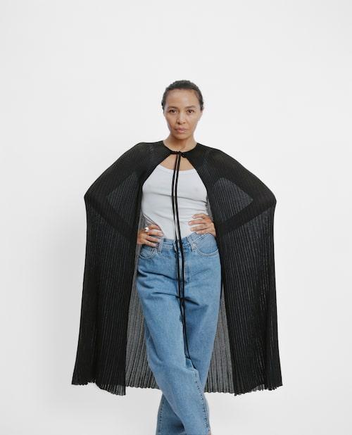 Johanna bär cape från Totême, linne från Filippa K, jeans från Levi's och ring från MH925.